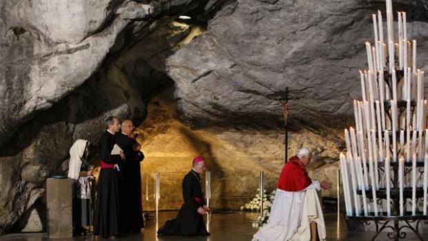 Le pape Benoît XVI à la grotte de Lourdes