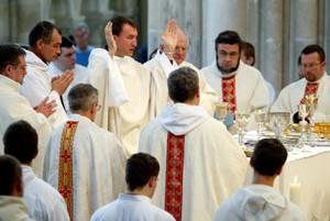 Prêtres célébrant la messe