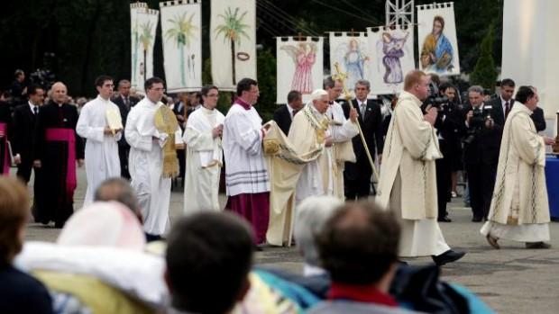 procession eucharistique à Lourdes avec le pape