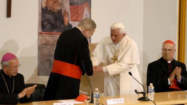 14 septembre 2008 : Discours du Pape Benoit XVI aux évêques de France dans l'hémicycle Sainte Bernadette à Lourdes. Il est accueilli par Mgr André VINGT-TROIS, président de la Conférence épiscopale