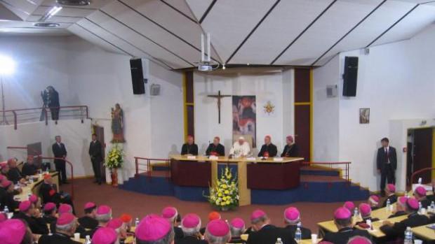 4 septembre 2008 : Discours du Pape Benoit XVI aux évêques de France dans l'hémicycle Sainte Bernadette à Lourdes. Il est accueilli par Mgr André VINGT-TROIS, président de la Conférence épiscopale.
