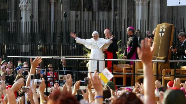 Pape entouré de jeunes